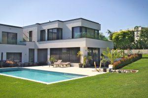 Durch modernes Gartendesign und mit stimmigen Farbakzenten wie Urlaub am eigenen Pool.